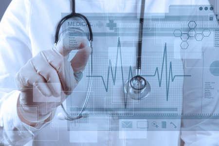 現代のコンピューターのインターフェイスでの作業療法の医者 写真素材