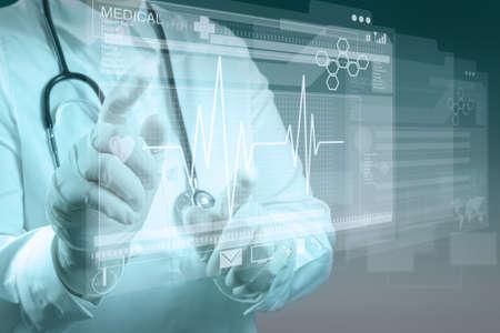Doctor en Medicina trabajando con interfaz de la computadora moderna Foto de archivo