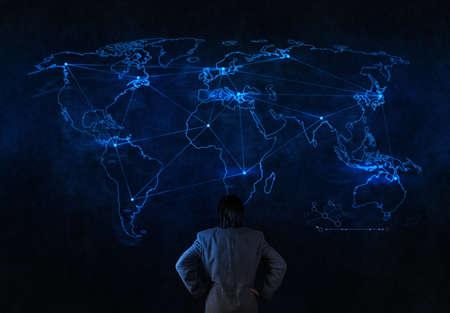 contact info: uomo d'affari di lavoro con il nuovo spettacolo moderna struttura di rete sociale del computer