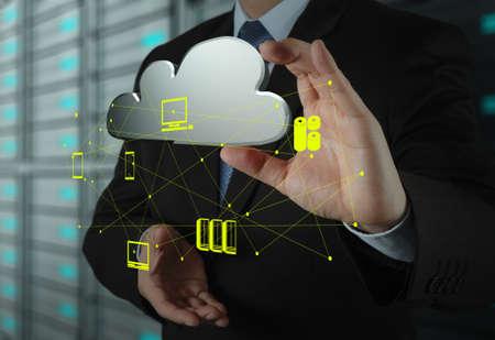 infraestructura: Empresario de trabajo con un diagrama de Cloud Computing en la nueva interfaz de la computadora