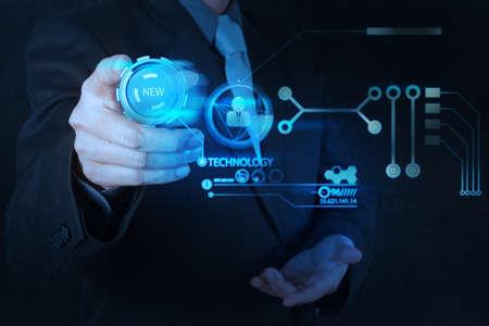 old technology: uomo d'affari a mano premendo il pulsante Nuova tecnologia sul computer moderno come concetto Archivio Fotografico