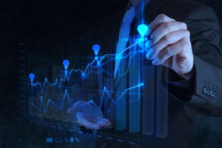 mano d'affari di lavoro con il nuovo computer moderno e la strategia di business come concetto