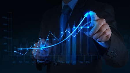 strategy: mano de negocios que trabaja con la computadora nueva, moderna y estrategia de negocio como concepto