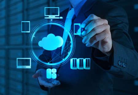 infraestructura: De negocios que trabaja con un diagrama de Cloud Computing en la interfaz de la computadora nueva Foto de archivo