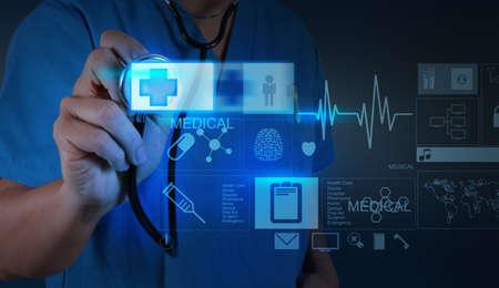 botiquin de primeros auxilios: Doctor en Medicina empujando signo de primeros auxilios con interfaz de la computadora moderna Foto de archivo