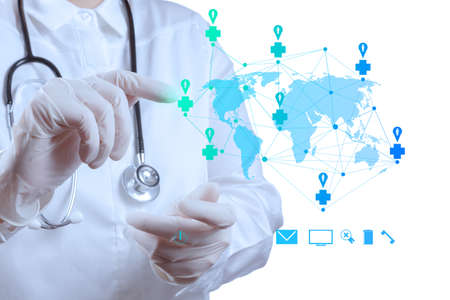holding globe: Medico mano di puntamento a una mappa del mondo come concetto di rete medica