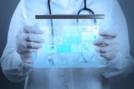 Medicina m�dico que trabalha com interface de computador moderno como conceito Banco de Imagens