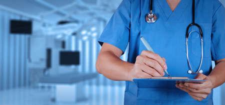 quirurgico: �xito m�dico inteligente m�dico que trabaja con sala de operaciones