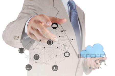 infraestructura: Mano de negocios que trabaja con un diagrama de Cloud Computing en la interfaz de la computadora nueva