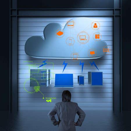 infraestructura: Hombre de negocios que piensa en un esquema de Cloud Computing en el nuevo equipo como concepto