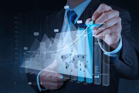 tiếp thị: tay doanh nhân làm việc với máy tính và kinh doanh hiện đại chiến lược mới như khái niệm
