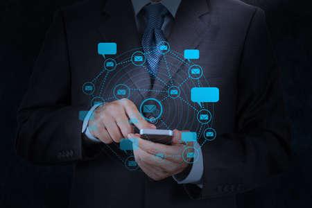 empres�rio lado o uso do computador telefone inteligente com o �cone de e-mail como conceito