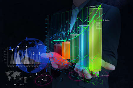 inteligencia: empresario de la mano de trabajo con el nuevo equipo moderno y la estrategia de negocio como concepto Foto de archivo