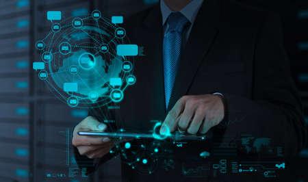 iconos contacto: hombre de negocios que usa el ordenador tableta muestra a internet y la red social como concepto