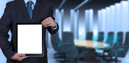 sala de reuniões: sucesso empresário que trabalha com o computador tablet em branco seu fundo sala de reuniões como conceito