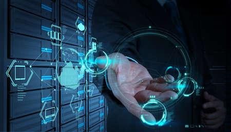 実業団ハンド新しいコンピューター インターフェイス上クラウド コンピューティングのダイアグラムの操作 写真素材