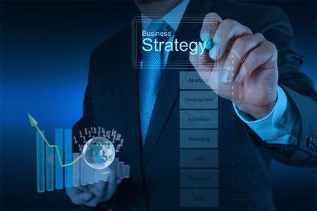 desarrollo económico: empresario de la mano de trabajo con el nuevo equipo moderno y la estrategia de negocio como concepto Foto de archivo
