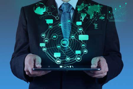 futuristico: uomo d'affari utilizzando il computer tablet mostra internet e social network come concetto