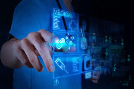 Mano medicina médico que trabaja con interfaz de la computadora moderna como concepto
