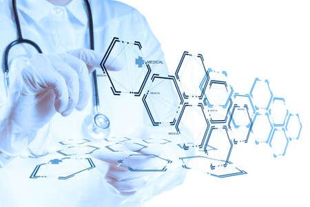 s�mbolo de la medicina: Mano medicina m�dico que trabaja con interfaz de la computadora moderna como concepto m�dico