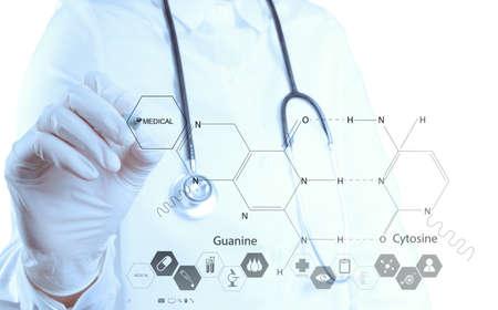 investigador cientifico: farmacia médico mano dibujo fórmulas químicas a bordo virtuales