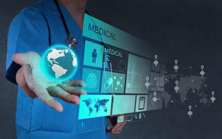 medicina: Mano medicina m�dico que trabaja con interfaz de la computadora moderna como concepto Foto de archivo