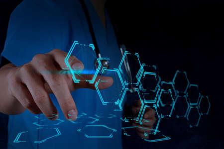 molecula: Mano medicina m�dico que trabaja con interfaz de la computadora moderna como concepto m�dico