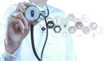 coeur sant�: Main docteur en m�decine travaillant avec interface informatique moderne comme concept m�dical Banque d'images