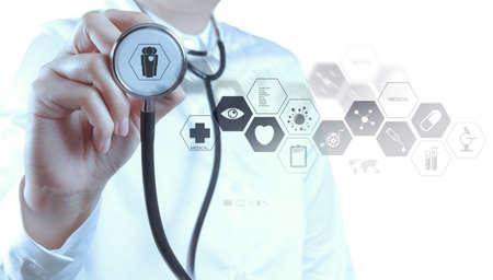 chăm sóc sức khỏe: Tay bác sĩ y học làm việc với giao diện máy tính hiện đại như khái niệm y tế Kho ảnh