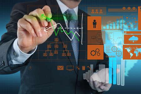 analyse: la main d'affaires travaillant avec nouvel ordinateur moderne et de la strat�gie de l'entreprise en tant que concept
