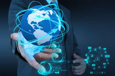 сеть: бизнесмен руку, работая с новым современным компьютерным шоу Социальная структура сети Фото со стока