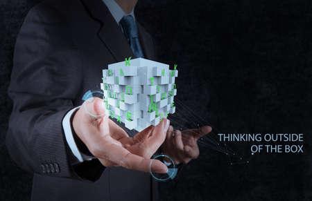 puzzelen: zakenman hand toont woord denken buiten de doos als concept Stockfoto