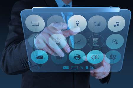 mão empresário que trabalha com a tecnologia moderna como conceito