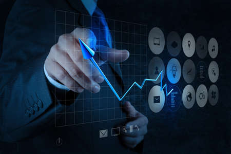 사업가 손 터치 스크린 컴퓨터에 가상 차트 사업을 그리기 개념으로 스톡 콘텐츠