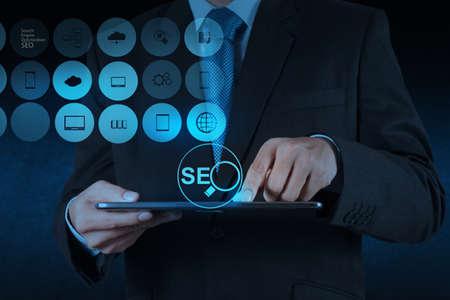 m�o empres�rio mostrando search engine optimization SEO como conceito Banco de Imagens
