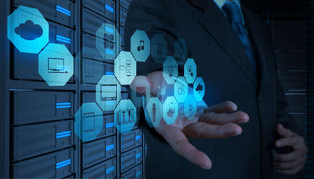 infraestructura: De negocios que trabaja con un diagrama de Cloud Computing en la interfaz de la computadora como nuevo concepto