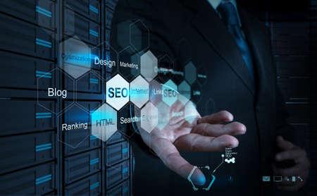 Geschäftsmann Hand zeigt Suchmaschinenoptimierung SEO als Konzept