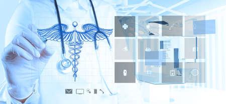 caduceo: mano del médico extrae del caduceo en la nueva interfaz de la computadora Foto de archivo