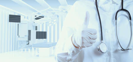 equipos medicos: médico inteligente con un estetoscopio en las manos y mostrar latido para arriba
