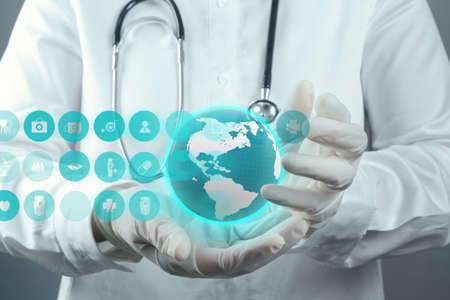 coeur sant�: Main m�decin m�decine de travail avec l'interface de l'ordinateur moderne comme concept m�dical