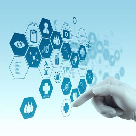 Medicina m�o m�dico que trabalha com interface de computador moderno como conceito m�dico