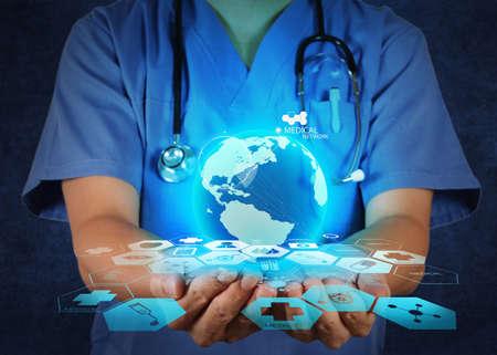 medico computer: Medico in possesso di un globo del mondo nelle sue mani, come concetto di rete medica Archivio Fotografico