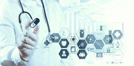 estudiantes medicina: ?xito m?dico m?dico inteligente trabajando con sala de operaciones como concepto