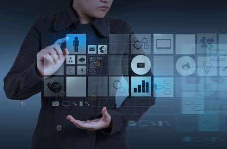 web application: Sito web designer che lavora con la nuova interfaccia del computer come concetto di design Archivio Fotografico