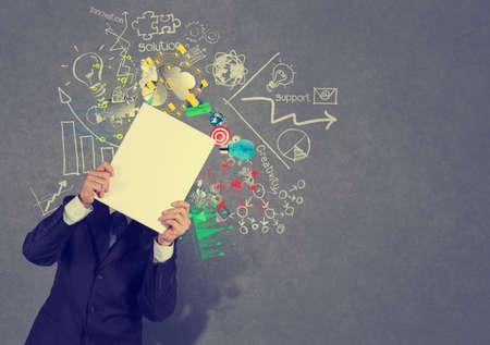 marca libros: la mano de negocios muestra la cubierta de libro negro de los negocios el éxito como concepto