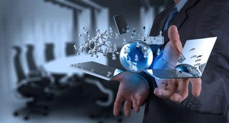tecnologia: uomo d'affari di lavoro sulla tecnologia moderna come concetto