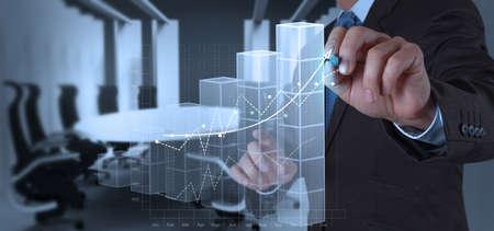 実業家手仮想画面上のビジネスの成功のグラフの概念を描画します