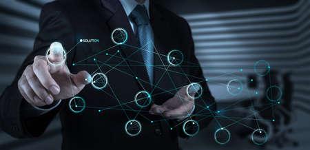 タッチ画面のインターフェイス概念としてのソリューションの図を押すのビジネスマン手