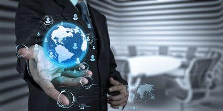 新しい現代コンピューターでの作業のビジネスマンを示す社会ネットワーク構造