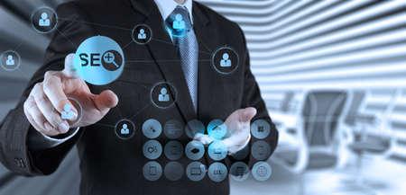 検索エンジン最適化の概念として SEO を示すビジネスマン手
